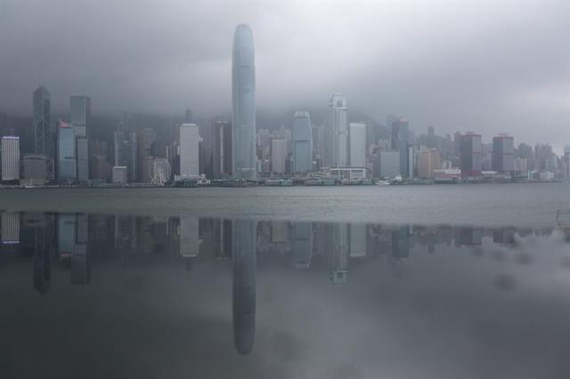 Rascacielos se reflejan en un panel metálico, mientras fuertes vientos afectan la ciudad por el paso del tifón Nida hoy, martes 2 de agosto de 2016, en Hong Kong (China). Nida es el primer gran tifón que golpea Hong Kong este año. EFE/JEROME FAVRE