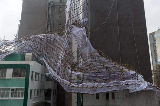 Trabajadores revisan un andamio de bambú afectado por los fuertes vientos del tifón Nida hoy, martes 2 de agosto de 2016, en Hong Kong (China). Nida es el primer gran tifón que golpea Hong Kong este año. EFE/JEROME FAVRE