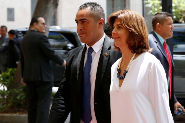 La canciller Holguín llega a la reunión en Caracas (Foto Reuters)