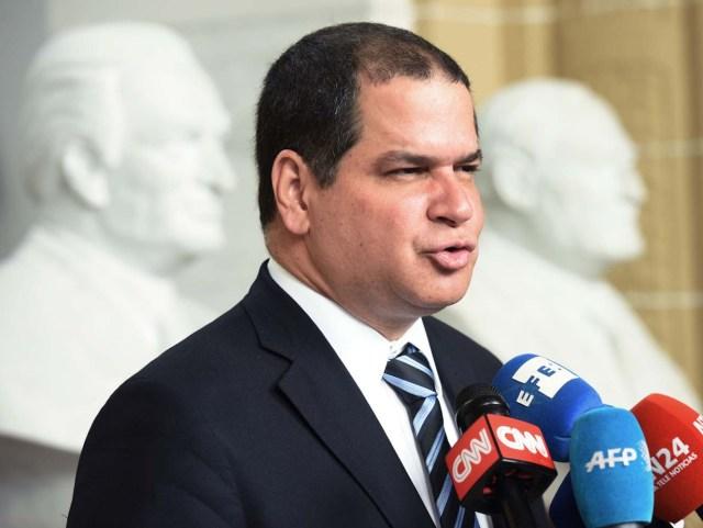 """MIA22 WASHINGTON, DC (EE.UU), 19/05/2016.- El presidente de la Comisión de Política Exterior del Parlamento venezolano, el opositor Luis Florido, habla hoy, jueves 19 de mayo de 2016, en una conferencia de prensa en Washington (EE.UU.). Florido pidió formalmente, en representación de la Asamblea Nacional (AN) de Venezuela, al secretario general de la Organización de Estados Americanos (OEA), Luis Almagro, que invoque la Carta Democrática Interamericana ante la """"crisis institucional y humanitaria"""" del país caribeño. EFE/LENIN NOLLY."""