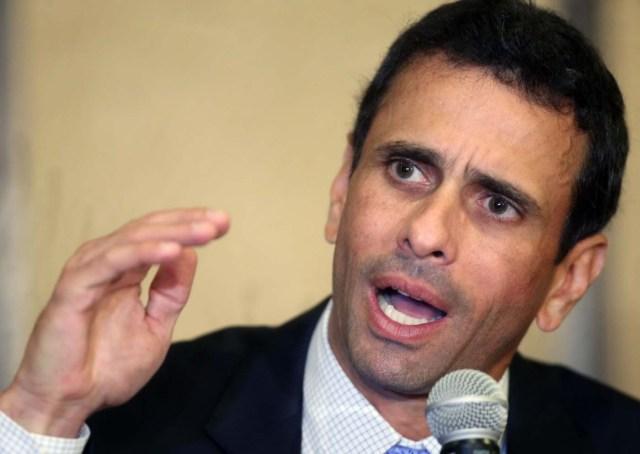"""LIM05. LIMA (PERÚ), 11/08/2016.- LIMA (PERÚ), 11/08/2016.- El líder opositor venezolano Henrique Capriles ofrece una rueda de prensa hoy, jueves 11 de agosto de 2016, en un hotel de Lima (Perú). Capriles afirmó que si en su país se produce un estallido social tendrá """"repercusión en toda la región"""". """"Si en Venezuela hay un estallido social eso va a tener repercusión, impacto en toda la región, en términos de desplazados... no creamos que Venezuela está por allá"""", enfatizó el también excandidato presidencial. EFE / Ernesto Arias"""