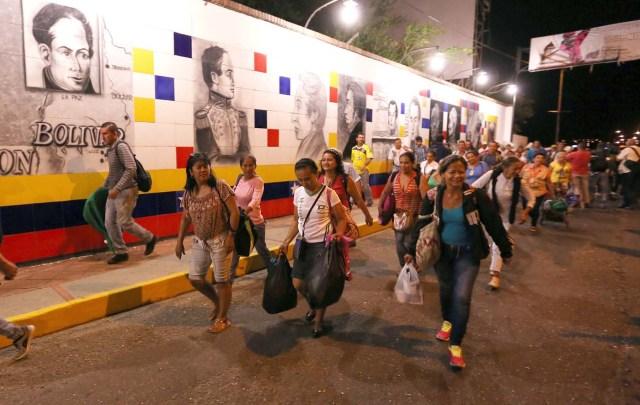 GRA067 CÚCUTA (COLOMBIA), 13/08/2016.- La frontera de Colombia y Venezuela, que permanecía cerrada desde hace casi un año, fue reabierta hoy al paso peatonal y miles de venezolanos pasaron a la ciudad de Cúcuta para comprar alimentos y medicinas. Horas antes de la apertura, que se produjo a las 05.00 hora colombiana (10.00 GMT) tal y como estaba previsto, miles de personas se reunieron en el lado venezolano del Puente Internacional Simón Bolívar, que une la localidad colombiana de Cúcuta y la venezolana de San Antonio del Táchira. EFE/MAURICIO DUEÑAS CASTAÑEDA