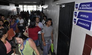 Venezolanos desesperados buscan cómo emigrar