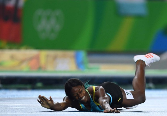 2016 Rio Olympics - Athletics - Final - Women's 400m Final - Olympic Stadium - Rio de Janeiro, Brazil - 15/08/2016.Shaunae Miller (BAH) of Bahamas falls at the finish REUTERS/Dylan Martinez TPX IMAGES OF THE DAY FOR EDITORIAL USE ONLY. NOT FOR SALE FOR MARKETING OR ADVERTISING CAMPAIGNS.