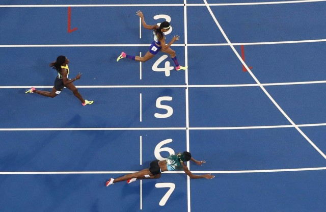 2016 Rio Olympics - Athletics - Final - Women's 400m Final - Olympic Stadium - Rio de Janeiro, Brazil - 15/08/2016. Shaunae Miller (BAH) of Bahamas throws herself across the finish line. REUTERS/Fabrizio Bensch TPX IMAGES OF THE DAY FOR EDITORIAL USE ONLY. NOT FOR SALE FOR MARKETING OR ADVERTISING CAMPAIGNS.