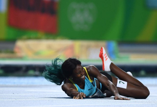 2016 Rio Olympics - Athletics - Final - Women's 400m Final - Olympic Stadium - Rio de Janeiro, Brazil - 15/08/2016.Shaunae Miller (BAH) of Bahamas falls at the finish REUTERS/Dylan Martinez FOR EDITORIAL USE ONLY. NOT FOR SALE FOR MARKETING OR ADVERTISING CAMPAIGNS.
