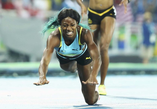 2016 Rio Olympics - Athletics - Final - Women's 400m Final - Olympic Stadium - Rio de Janeiro, Brazil - 15/08/2016. Shaunae Miller (BAH) of Bahamas dives over the finish line to win the gold. REUTERS/Lucy Nicholson TPX IMAGES OF THE DAY. FOR EDITORIAL USE ONLY. NOT FOR SALE FOR MARKETING OR ADVERTISING CAMPAIGNS.
