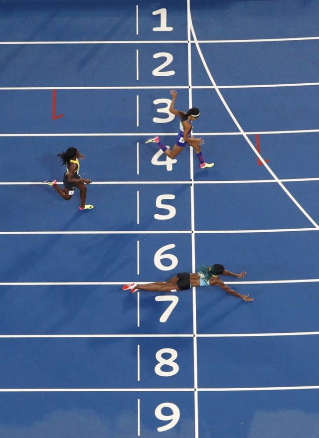 2016 Rio Olympics - Athletics - Final - Women's 400m Final - Olympic Stadium - Rio de Janeiro, Brazil - 15/08/2016. Shaunae Miller (BAH) of Bahamas throws herself across the finish line to win the gold. REUTERS/Fabrizio Bensch FOR EDITORIAL USE ONLY. NOT FOR SALE FOR MARKETING OR ADVERTISING CAMPAIGNS.