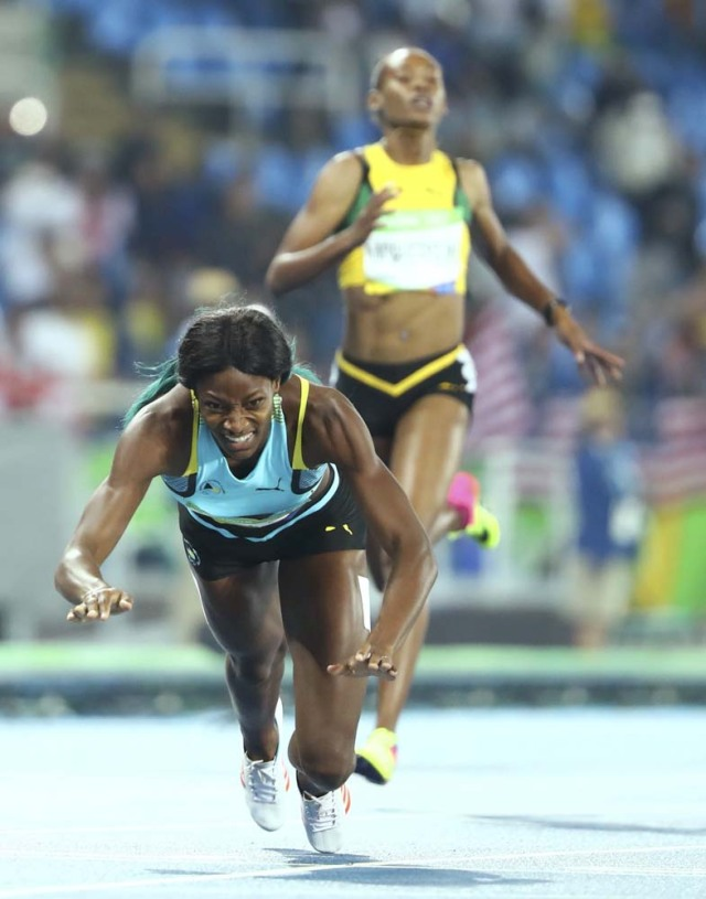 2016 Rio Olympics - Athletics - Final - Women's 400m Final - Olympic Stadium - Rio de Janeiro, Brazil - 15/08/2016. Shaunae Miller (BAH) of Bahamas dives over the finish line to win gold. REUTERS/Lucy Nicholson FOR EDITORIAL USE ONLY. NOT FOR SALE FOR MARKETING OR ADVERTISING CAMPAIGNS.