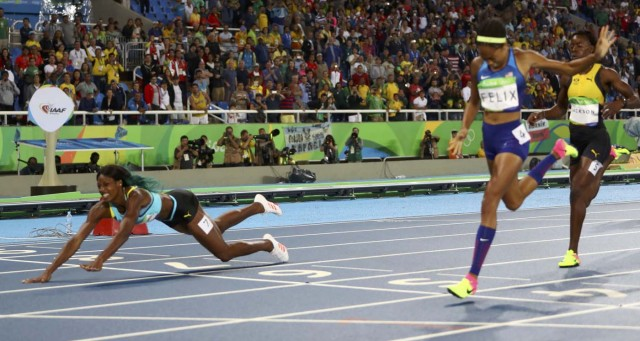 2016 Rio Olympics - Athletics - Final - Women's 400m Final - Olympic Stadium - Rio de Janeiro, Brazil - 15/08/2016. Shaunae Miller (BAH) of Bahamas throws herself across the finish line to win the gold medal. REUTERS/Kai Pfaffenbach TPX IMAGES OF THE DAY FOR EDITORIAL USE ONLY. NOT FOR SALE FOR MARKETING OR ADVERTISING CAMPAIGNS.