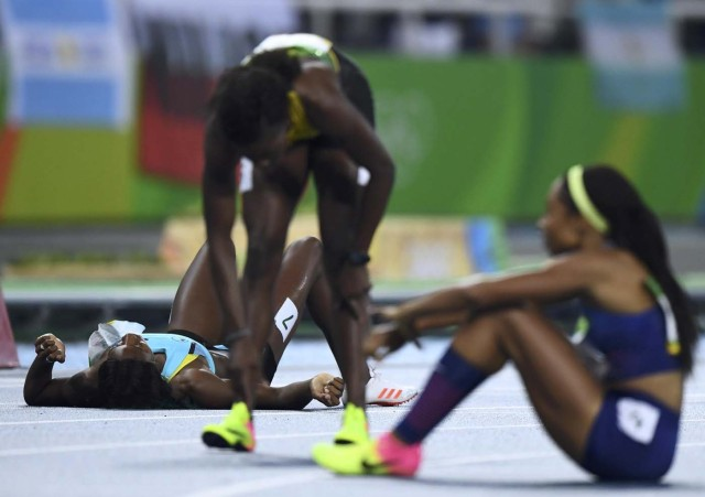 2016 Rio Olympics - Athletics - Final - Women's 400m Final - Olympic Stadium - Rio de Janeiro, Brazil - 15/08/2016.Shaunae Miller (BAH) of Bahamas lies on the track after finishing first REUTERS/Dylan Martinez FOR EDITORIAL USE ONLY. NOT FOR SALE FOR MARKETING OR ADVERTISING CAMPAIGNS.