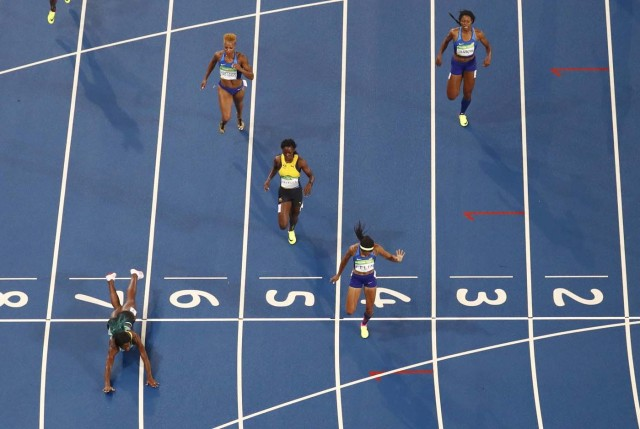 2016 Rio Olympics - Athletics - Final - Women's 400m Final - Olympic Stadium - Rio de Janeiro, Brazil - 15/08/2016. Shaunae Miller (BAH) of Bahamas throws herself across the finish line to win the gold ahead of Allyson Felix (USA) of USA and Shericka Jackson (JAM) of Jamaica. REUTERS/Pawel Kopczynski FOR EDITORIAL USE ONLY. NOT FOR SALE FOR MARKETING OR ADVERTISING CAMPAIGNS.