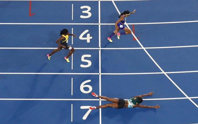 2016 Rio Olympics - Athletics - Final - Women's 400m Final - Olympic Stadium - Rio de Janeiro, Brazil - 15/08/2016. Shaunae Miller (BAH) of Bahamas throws herself across the finish line to win the gold ahead of Allyson Felix (USA) of USA and Shericka Jackson (JAM) of Jamaica. REUTERS/Fabrizio Bensch FOR EDITORIAL USE ONLY. NOT FOR SALE FOR MARKETING OR ADVERTISING CAMPAIGNS.