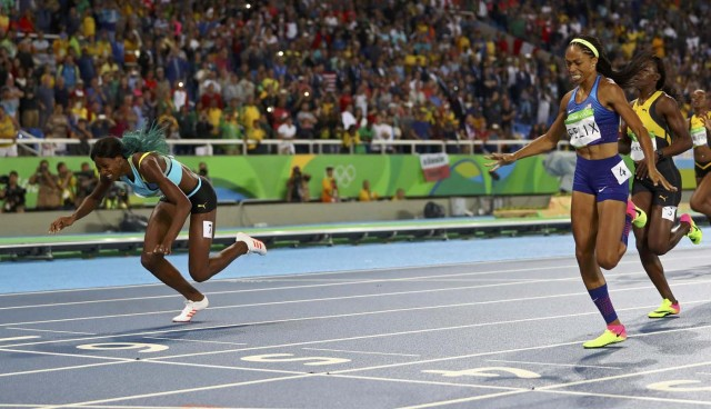2016 Rio Olympics - Athletics - Final - Women's 400m Final - Olympic Stadium - Rio de Janeiro, Brazil - 15/08/2016. Shaunae Miller (BAH) of Bahamas throws herself across the finish line to win the gold medal ahead of Allyson Felix (USA) of USA and Shericka Jackson (JAM) of Jamaica. REUTERS/Kai Pfaffenbach EDITORIAL USE ONLY. NOT FOR SALE FOR MARKETING OR ADVERTISING CAMPAIGNS.