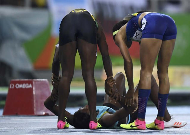 2016 Rio Olympics - Athletics - Final - Women's 400m Final - Olympic Stadium - Rio de Janeiro, Brazil - 15/08/2016. Allyson Felix (USA) of USA and Shericka Jackson (JAM) of Jamaica congratulate Shaunae Miller (BAH) of Bahamas REUTERS/Dylan Martinez FOR EDITORIAL USE ONLY. NOT FOR SALE FOR MARKETING OR ADVERTISING CAMPAIGNS.