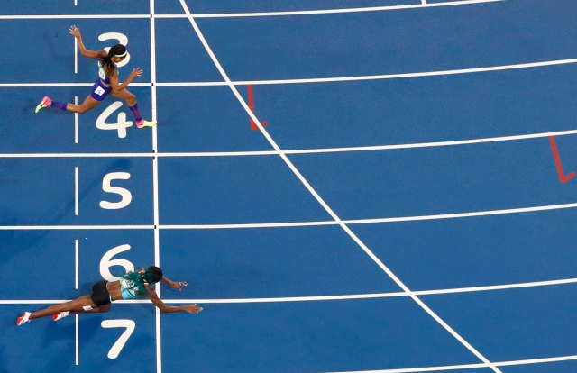 2016 Rio Olympics - Athletics - Final - Women's 400m Final - Olympic Stadium - Rio de Janeiro, Brazil - 15/08/2016. Shaunae Miller (BAH) of Bahamas throws herself across the finish line to win the gold ahead of Allyson Felix (USA) of USA. REUTERS/Fabrizio Bensch TPX IMAGES OF THE DAY FOR EDITORIAL USE ONLY. NOT FOR SALE FOR MARKETING OR ADVERTISING CAMPAIGNS.