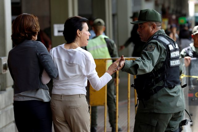 Antonieta Mendoza (C), mother of jailed Venezuelan opposition leader Leopoldo Lopez, argues with a Venezuelan National Guard while she arrives to attend his hearing at a courthouse in Caracas, Venezuela August 18, 2016. REUTERS/Carlos Garcia Rawlins