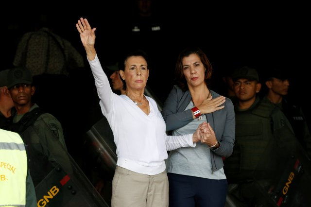 Antonieta Mendoza (centre L), mother of jailed Venezuelan opposition leader Leopoldo Lopez, and her daughter Diana Lopez gesture next to Venezuelan National Guards as they arrive to attend his hearing at a courthouse in Caracas, Venezuela August 18, 2016. REUTERS/Carlos Garcia Rawlins