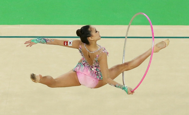 2016 Rio Olympics - Rhythmic Gymnastics - Preliminary - Individual All-Around Qualification - Rotation 2 - Rio Olympic Arena - Rio de Janeiro, Brazil - 19/08/2016. Son Yeon-Jae (KOR) of South Korea competes using the hoop. REUTERS/Ruben Sprich FOR EDITORIAL USE ONLY. NOT FOR SALE FOR MARKETING OR ADVERTISING CAMPAIGNS.