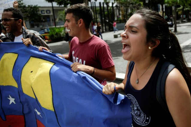 Student demonstrators shout during a gathering to protest against Venezuelan President Nicolas Maduro's government in Caracas, Venezuela August 24, 2016. REUTERS/Marco Bello