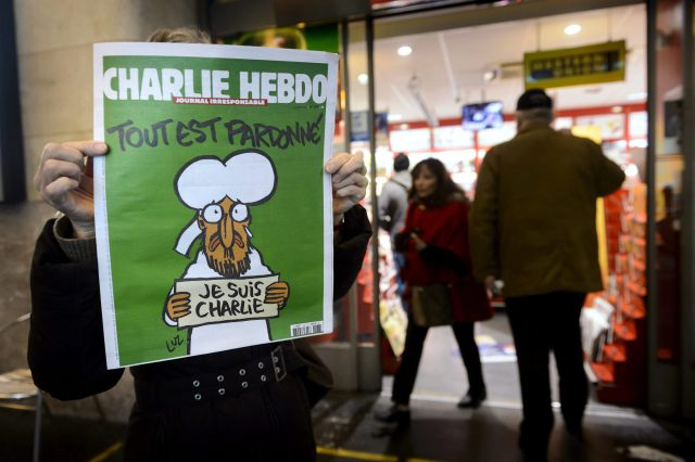 LG308 LAUSANA (SUIZA) 15/01/2015.- Una mujer sostiene un ejemplar del último número de Charlie Hebdo en Lausana (Suiza) hoy, jueves 15 de enero de 2015. EFE/Laurent Gillieron