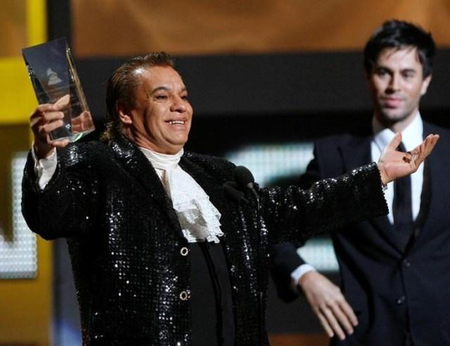 Foto de archivo de Gabriel tras recibir un premio en la entrega de los Grammy Latinos en Las Vegas. Nov 5, 2009. El extravagante cantante mexicano Juan Gabriel, quien por más de cuatro décadas fue sinónimo de balada romántica en América Latina, murió el domingo a los 66 años de un infarto fulminante, informó el conglomerado de medios Televisa. REUTERS/Mario Anzuoni