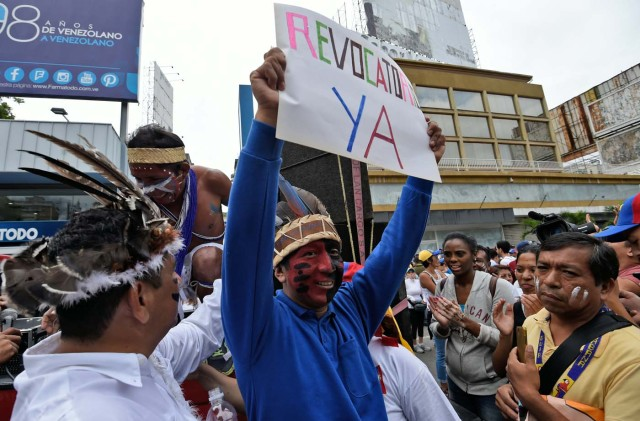 Venezuelan indigenous people prepare to take part in an opposition march in Caracas, on September 1, 2016. Venezuela's opposition and government head into a crucial test of strength Thursday with massive marches for and against a referendum to recall President Nicolas Maduro that have raised fears of a violent confrontation. / AFP PHOTO / JUAN BARRETO