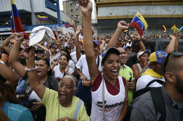 Activists take part in an opposition march in Caracas, on September 1, 2016. Venezuela's opposition and government head into a crucial test of strength Thursday with massive marches for and against a referendum to recall President Nicolas Maduro that have raised fears of a violent confrontation. / AFP PHOTO / JUAN BARRETO