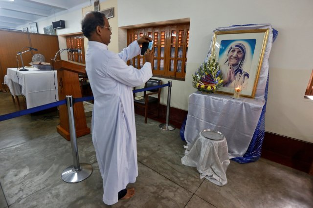 A man takes a photograph of a religious icon of Mother Teresa ahead of her canonisation ceremony, in Kolkata, India September 3, 2016. REUTERS/Rupak De Chowdhuri