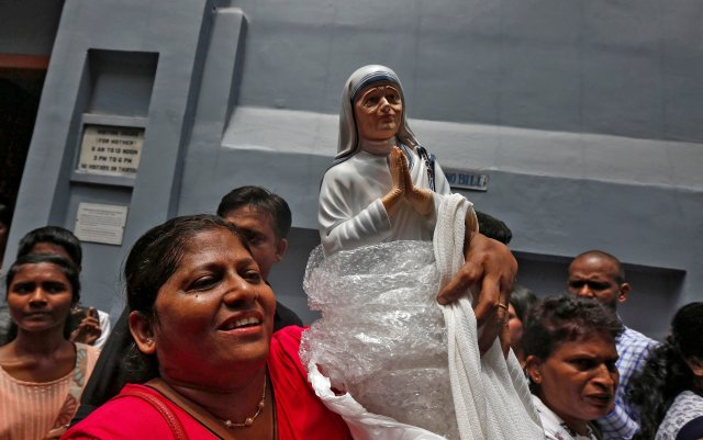 A woman holds a statuette of Mother Teresa outside the Missionaries of Charity building in Kolkata, India, as she was canonised during a ceremony held in the Vatican, September 4, 2016. REUTERS/Rupak De Chowdhuri