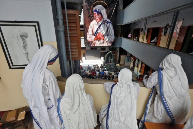 Nuns from the Missionaries of Charity in Kolkata, India, watch a live broadcast of the canonisation of Mother Teresa at a ceremony held in the Vatican, September 4, 2016. REUTERS/Rupak De Chowdhuri