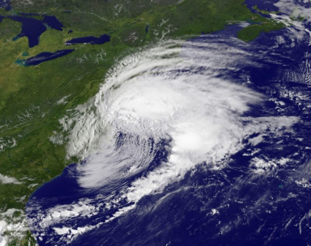 La tormenta Hermine se aprecia costa afuera del Atlántico medio de Estados Unidos en la imagen satelital del 3 de septiembre de 2016 entregada por la NASA. Hermine avanzaba el domingo costa afuera del Atlántico medio de Estados Unidos, donde se preveía que arruinara el fin de semana largo del Día del Trabajo con fuertes vientos, lluvias torrenciales y un aumento del nivel del mar tras pasar por las islas frente a Carolina del Norte. NASA/NOAA GOES Project/Handout via Reuters