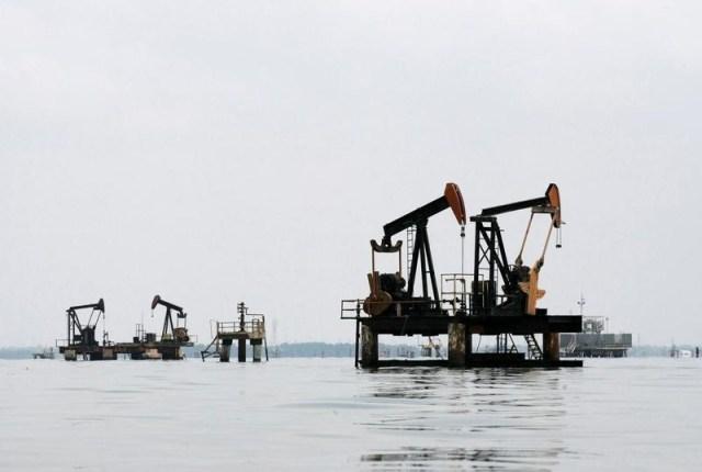 Foto de archivo de unidades de bombeo de petróleo en Lagunillas, en el Lago Maracaibo, en el estado de Zulia, Venezuela. La estatal Petróleos de Venezuela (PDVSA) asumió el control de seis gabarras de perforación y reparación de pozos tras el vencimiento de los contratos de operación con la estadounidense Schlumberger, dijo la firma venezolana el sábado. REUTERS/Isaac Urrutia/Files