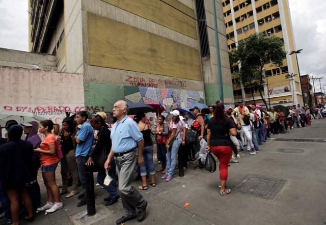 Las colas para comprar comida no  desaparecen en Venezuela (Foto Reuters)