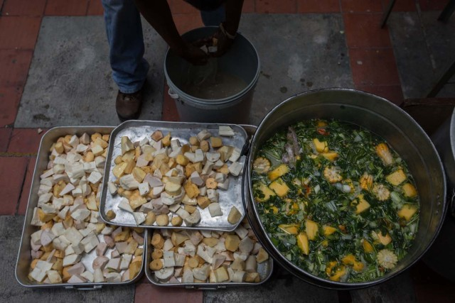"""CAR01. CARACAS (VENEZUELA), 10/09/2016.- Un grupo de personas preparan un sancocho hoy, sábado 10 de septiembre del 2016, en la ciudad de Caracas (Venezuela). En el barrio la Unión, ubicado en la favela más grande de América Latina asentada en el este de Caracas, se preparó hoy un gran """"sancocho"""" como se le conoce en Venezuela a la sopa cocinada con varios tipos de verduras y carnes, para alimentar a los vecinos, muchos de ellos con varios días de hambre. EFE/MIGUEL GUTIÉRREZ"""
