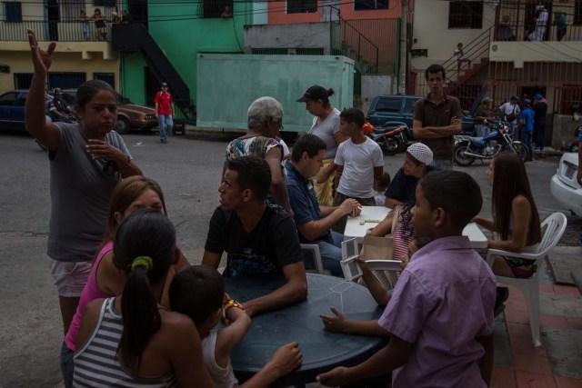 """CAR02. CARACAS (VENEZUELA), 10/09/2016.- Un grupo de personas preparan un sancocho hoy, sábado 10 de septiembre del 2016, en la ciudad de Caracas (Venezuela). En el barrio la Unión, ubicado en la favela más grande de América Latina asentada en el este de Caracas, se preparó hoy un gran """"sancocho"""" como se le conoce en Venezuela a la sopa cocinada con varios tipos de verduras y carnes, para alimentar a los vecinos, muchos de ellos con varios días de hambre. EFE/MIGUEL GUTIÉRREZ"""