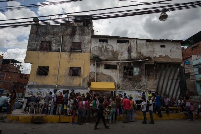 """CAR03. CARACAS (VENEZUELA), 10/09/2016.- Un grupo de personas preparan un sancocho hoy, sábado 10 de septiembre del 2016, en la ciudad de Caracas (Venezuela). En el barrio la Unión, ubicado en la favela más grande de América Latina asentada en el este de Caracas, se preparó hoy un gran """"sancocho"""" como se le conoce en Venezuela a la sopa cocinada con varios tipos de verduras y carnes, para alimentar a los vecinos, muchos de ellos con varios días de hambre. EFE/MIGUEL GUTIÉRREZ"""