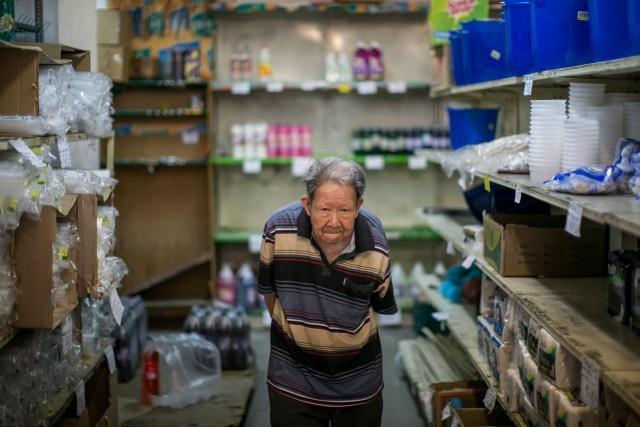 Gustavo Ian Wu, quien administra una tienda en el centro de Caracas, dice que su familia, que vino de China, se ha visto afectada por la crisis económica y las altas tasas de delincuencia. PHOTO: MIGUEL GUTIÉRREZ PARA THE WALL STREET JOURNAL