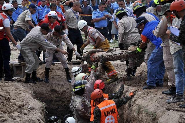 Foto:Rescate de cuerpos de víctimas de inundaciones tras lluvias en Honduras / EFE