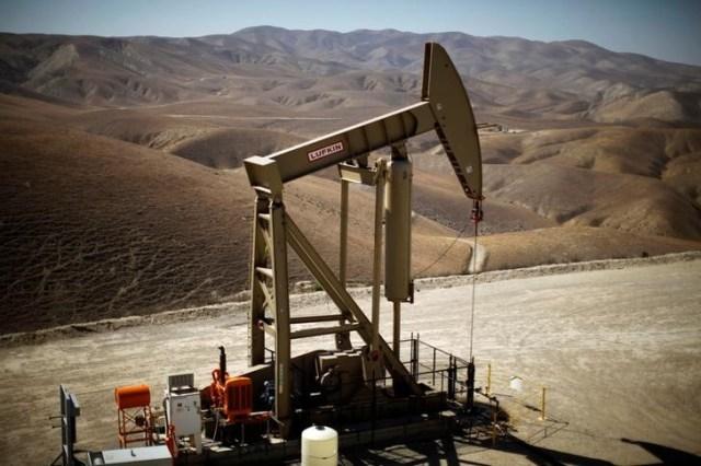 Una unidad de bombeo de crudo en Monterey Shale, EEUU, abr 29, 2013. Los precios del petróleo operaban estables el viernes, en una sesión volátil, después de que los operadores reaccionaron a los comentarios de la presidenta de la Reserva Federal de Estados Unidos, Janet Yellen, y reportes de ataques con misiles en Arabia Saudita. REUTERS/Lucy Nicholson/File Photo