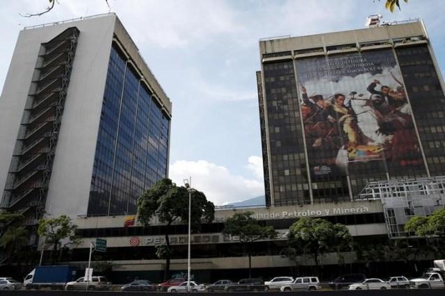 La casa matriz de la estatal Petróleos de Venezuela en Caracas, jul 21, 2016. La deuda de la estatal Petróleos de Venezuela (PDVSA) reaccionaba el miércoles de manera positiva, luego de que la firma anunció una propuesta de canje a los tenedores de unos 7.000 millones de dólares de bonos con vencimiento más cercano, por un nuevo papel al 2020.    REUTERS/Carlos Garcia Rawlins
