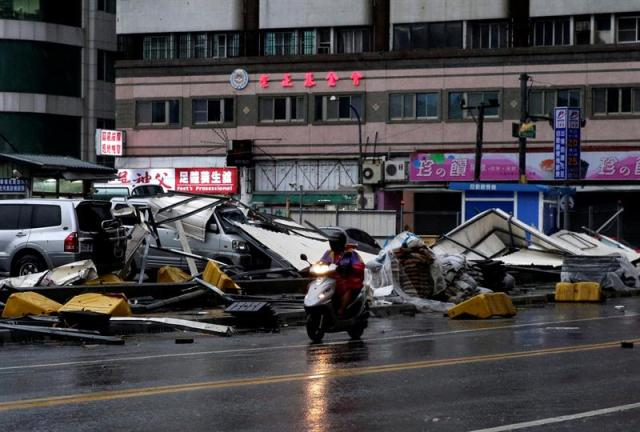 aiwán, con gran experiencia en medidas de prevención contra desastres naturales causados por tifones, desplegó unos 20.000 soldados, evacuó a 20.629 personas de las islas Verde y Orquídea y del este de Taiwán, y protegió con sacos de tierra miles de lugares que suelen inundarse. EFE/Ritchie B. Tongo