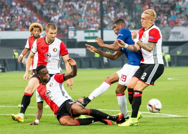 El delantero británico del Manchester United, Marcus Rashford (2-d), el defensa holandés del Feyenoord, Jan Arie van der Heijden (i), y el defensa neerlandés, Terence Kongolo (c), durante el partido de Grupo A de la Liga de Campeones que se disputa en Rotterdam, Holanda. EFE