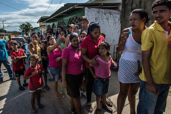 Un centenar de personas esperaban en fila durante cinco horas en junio para comprar una ración de aproximadamente una libra de pan de una panadería pequeña en Cumaná. Un pan cuesta alrededor de 50 centavos en muchos lugares de Venezuela. MERIDITH KOHUT PARA THE NEW YORK TIMES