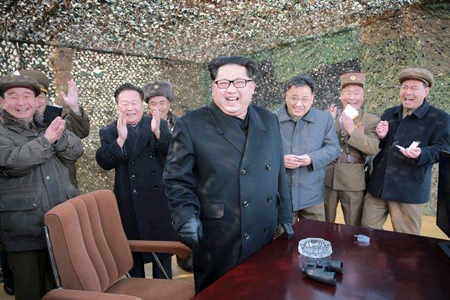 El líder norcoreano, Kim Jong Un, supervisó una prueba en tierra de un nuevo motor de cohetes para lanzar satélites, informaron el martes medios estatales de Corea del Norte, en la más reciente de una serie de pruebas vinculadas con misiles que el país ha realizado este año. En esta foto sin fecha distribuida por la agencia de noticias norcoreana KCNA, Kim Jong sonríe al asisitr a un ensayo de un nuevo sistema de lanzamiento de cohetes. REUTERS/KCNA