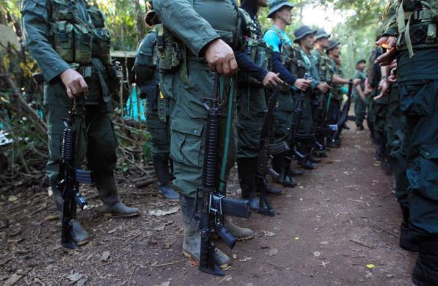 Guerrilleros del Bloque Sur de las FARC reciben instrucciones en los alrededores a donde se celebra la Décima Conferencia Nacional Guerrillera hoy, miércoles 21 de septiembre de 2016, en El Diamante, departamento de Caquetá (Colombia). EFE/Mauricio Dueñas Castañeda