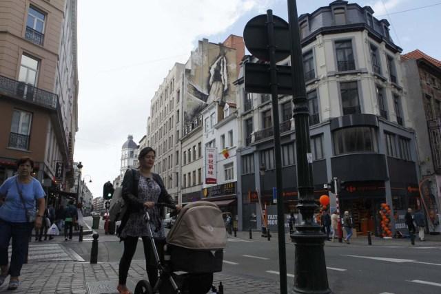 GRA228. BRUSELAS, 23/09/2016.- Uno de los grafitis de alto contenido sexual que han aparecido esta semana en Bruselas, entre las que se encuentran un falo circuncidado, la imagen de una penetración, y una vagina en pleno acto de masturbación, que han desbancado al Manneken Pis como el sexo desnudo más célebre de la ciudad. Se desconoce si las obras, que emergen en tan solo una noche, son creadas por un colectivo o por una sola persona, pero una de ellas, la del pene de seis metros de alto y tres de ancho plantada en la comuna de Saint-Gilles, será retirada después de que así lo decidieran los ediles y el propietario del inmueble. Sin embargo, los concejales del distrito centro han acordado mantener intactas las dos obras anónimas y con sesgo femenino que están sometidas a su jurisdicción. EFE/Javier Albisu