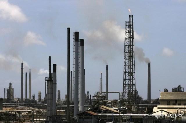 La refinería Isla es vista en Willemstad en la isla de Curazao en la foto tomada el 16 de junio de 2008. REUTERS/Jorge Silva/Foto de archivo