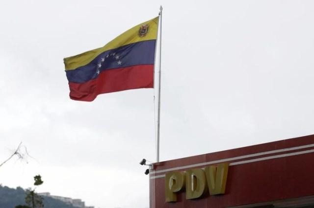 Una bandera de Venezuela en una gasolinera de la estatal PDVSA en Caracas, sep 13, 2016. La cesta venezolana de crudo y derivados retrocedió por cuarta semana consecutiva, para cerrar en 37,58 dólares por barril (dpb), golpeada por los reportes de amplios suministros globales, dijo el viernes el Ministerio de Petróleo.  REUTERS/Henry Romero
