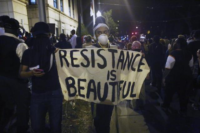 Manifestantes protestan en el centro de Charlotte en Carolina del Norte (Estados Unidos). EFE